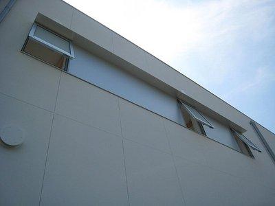 小庇とアルミパネルで繋いだ小窓