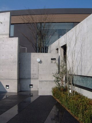 2003 Screen-Residenceのアプローチ、手前の黒い部分は洗い出しとカラークリートの組合せ