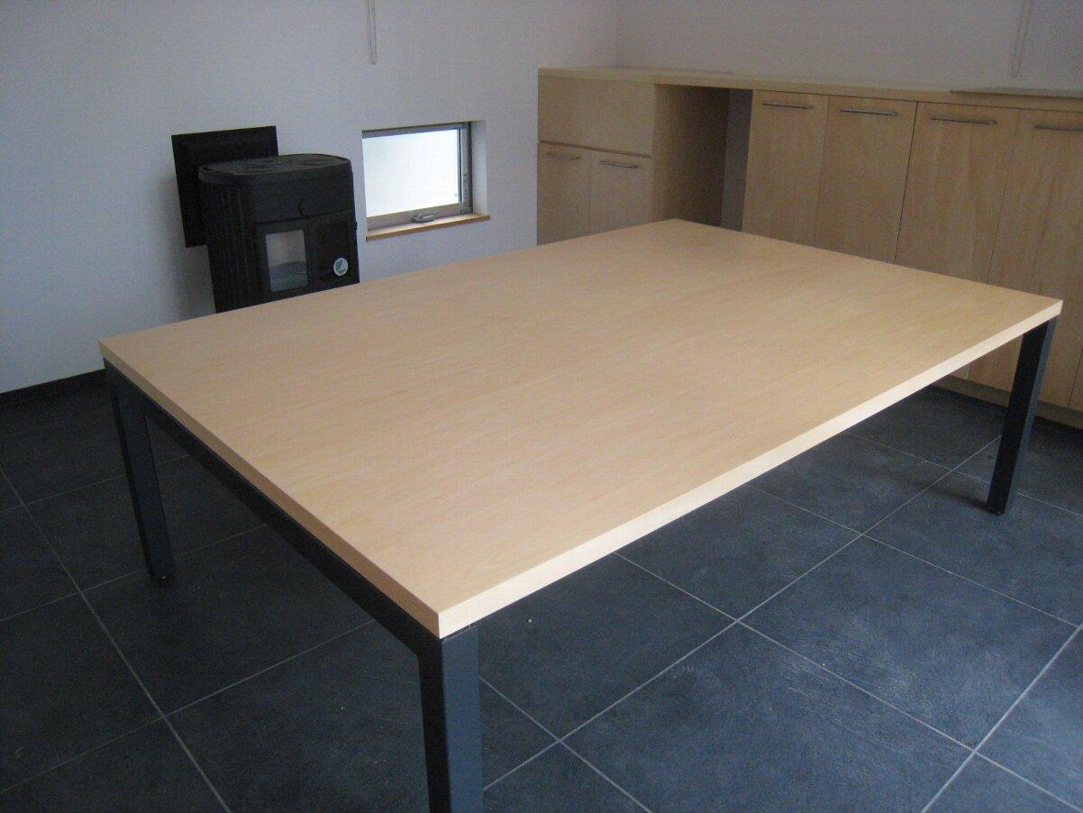 【定番サイズの会議テーブル】天板は白・側面は黒の