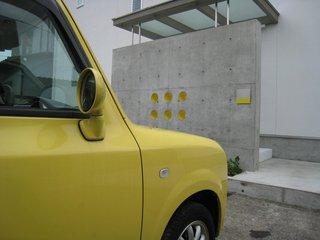黄色いLapinと西玄関