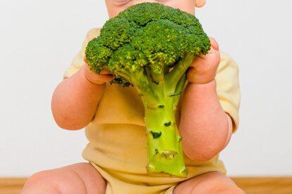 野菜を食べる赤ちゃん