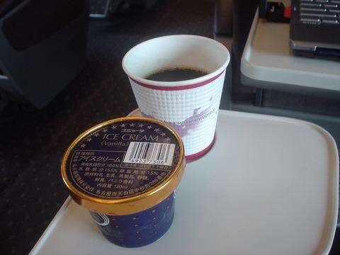 新幹線アイスとコーヒーのコンボが通