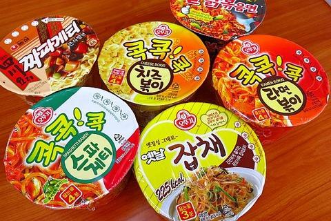 韓国のカップ焼きそばの湯切り