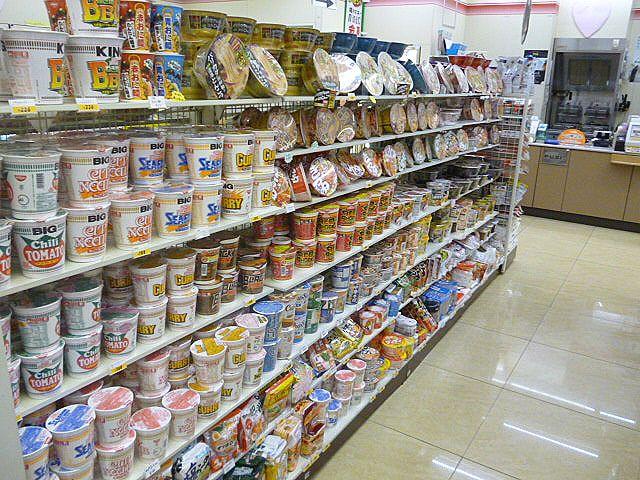 セブンイレブンのカップ麺売り場