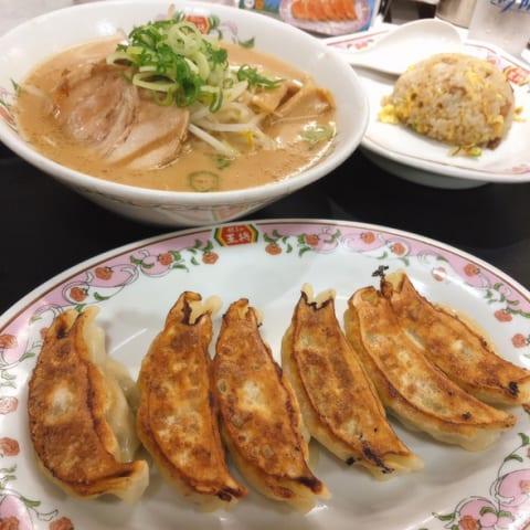 日本人がラーメンやギョウザにライスを追加するのは、お米が絶対的な主食だからだ!