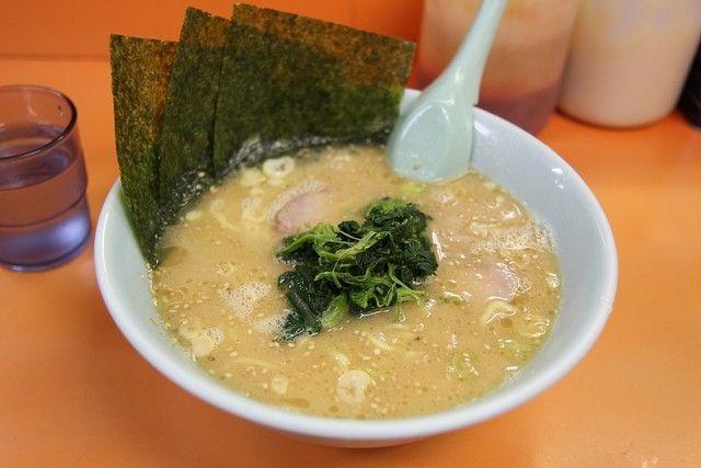 家系ラーメンはライスをスープに浸した海苔で巻いて食べると旨い!