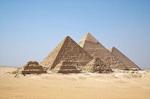 【悲報】ピラミッド建設奴隷、週に4日も朝~日没まで働かされた上ビールやニンニクを支給されていた
