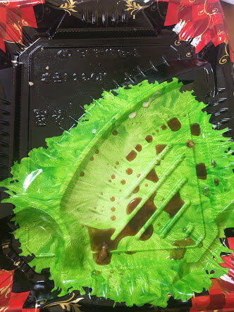 【画像あり】スーパーの弁当の底にレタスの絵を描く奴wwwww