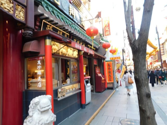 丁度、2月14日前後に中華街をうろうろしていると、萬珍楼売店で面白い月餅を見つけた。