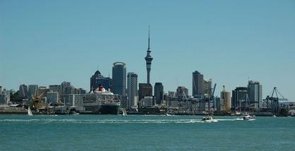 1280px-Aucklandqueenmary2