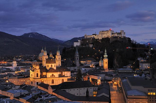 640px-Salzburg_-_Panorama_(nachts)2