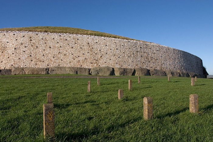 1024px-Newgrange_burial_chamber