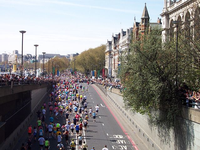 639px-London_Marathon_2005_at_Blackfriars