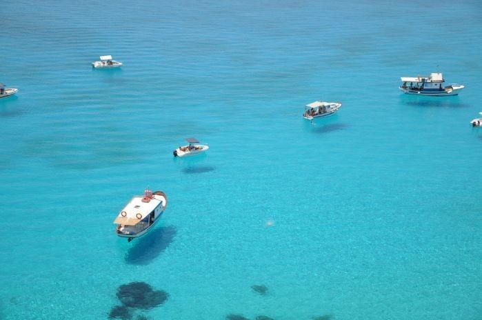 空中に浮いているように見えるランペドゥーザ島の船