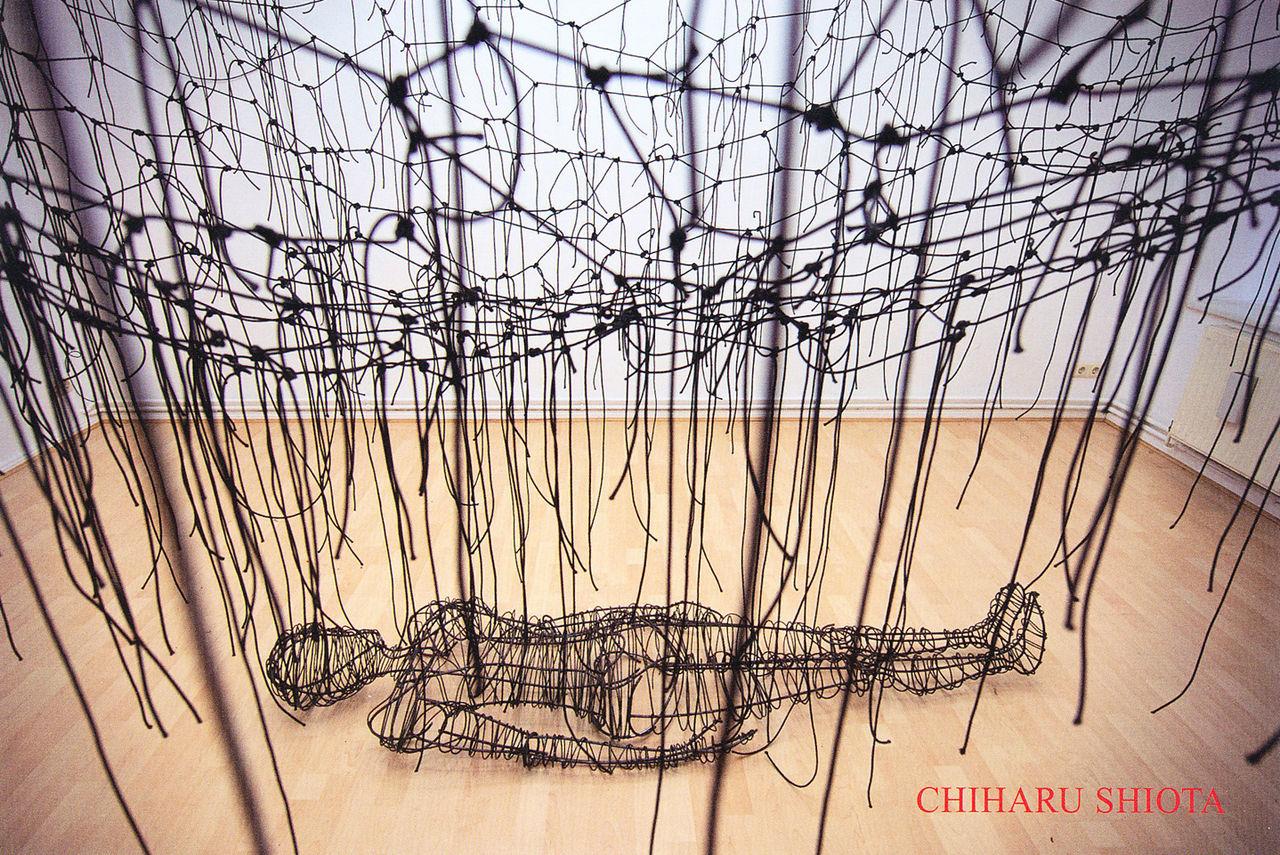 G-tokyo 2012】塩田千春(ケンジタキギャラリー)作品=日常のズレを解きほぐす糸を可視化 : 週刊 『フクダデスガ』