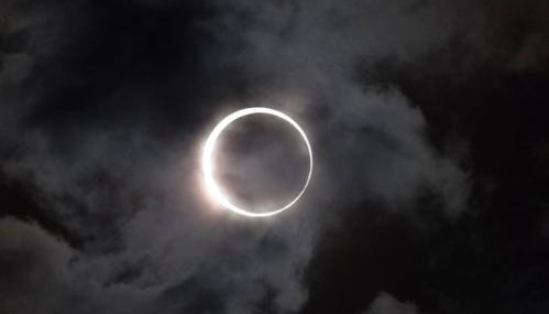 54 春分の日の前日に皆既日食 春分の日(21日)の前日に皆既日食が見られる...  春分の日の