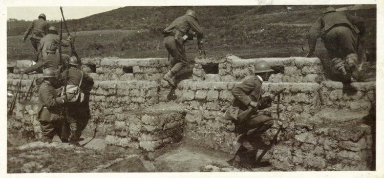 Italian soldier leave trench to assult_1917