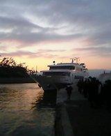 初島から熱海に戻るために、この船に乗ります。
