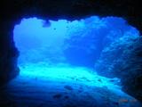 洞窟の向こうは・・・すっごいブルーウォーター!
