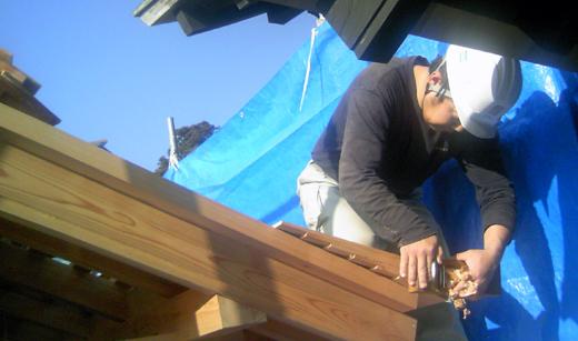 屋根葺きはとても地道な作業