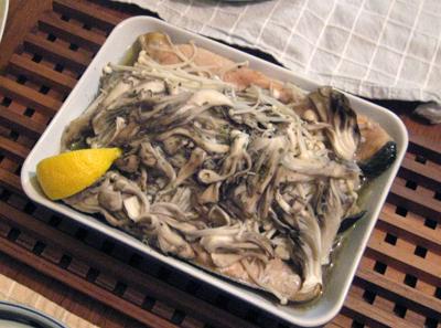 サケとキノコとポテトを敷詰めてオーブンで焼きました