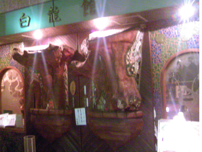 白龍館の重厚な扉