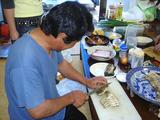 ウツボのたたきを料理中。
