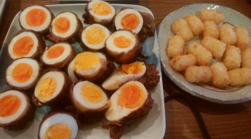 ハッシュドポテトとゆで卵の肉巻き