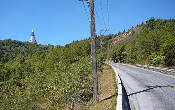 山頂には仏塔