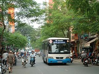 1デタムを走る152番バス