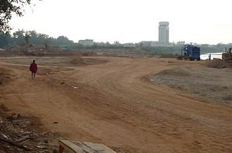 メコン川河川敷は工事中