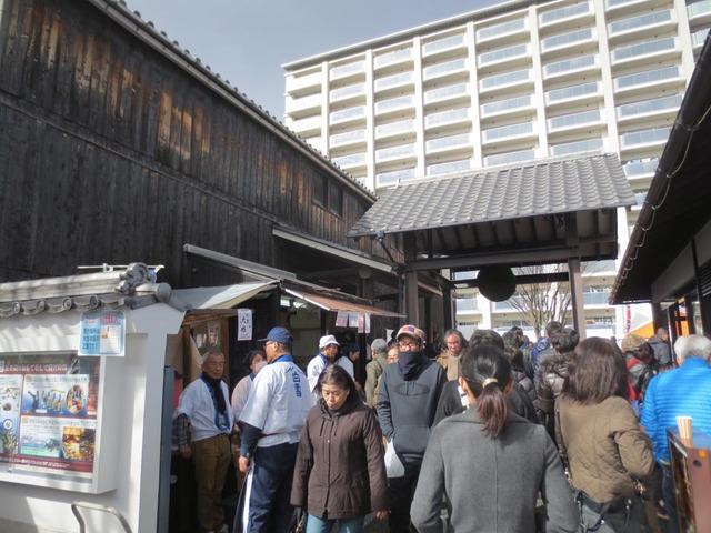右がショップで左はビアレストラン&酒ミュージアム