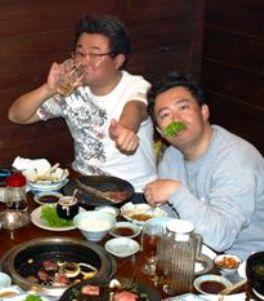 幹事小野長男(タヌキ・左)。スコア集計小野ヒロシ(右)
