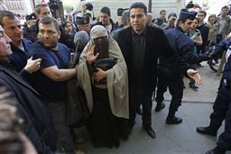 フランスのブルカ禁止法が施行へ 人権と治安維持の問題点