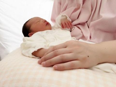 新生児を膝の上で