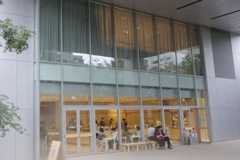 たまに行くならこんな店 9月にオープンしたばかりの「ブルーボトルコーヒー 六本木カフェ」で、まだまだ蒸し暑い時期にスッキリ楽しめるコールドブリューを楽しんできました