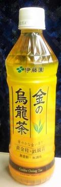 今日の飲み物 実りの季節の秋を思わせる黄金色のペットボトルに入った「金の烏龍茶」