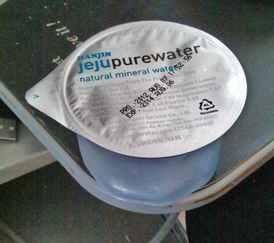 今日の水 大韓航空の機内食のおまけとしてついてくるjeju pure water(済州島の水?)を貰ったので飲んでみた