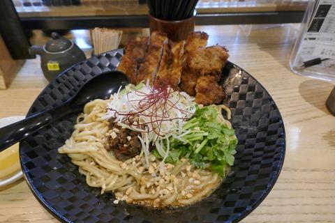 たまに行くならこんな店 松戸駅前の「四川担々麺 どういうわけで、」で、腰のある中太麺にグリーンカレー風味のタレが馴染んだ「汁無し担々麺エスニックなわけで、」を食す!