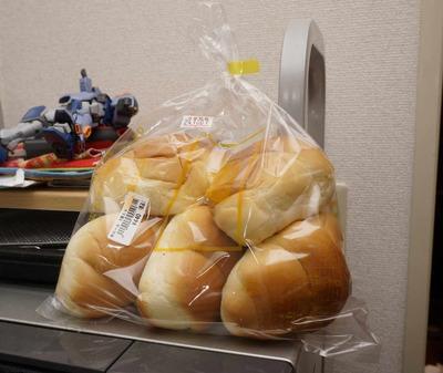 たまに買うならこんな商品 台東区内で伝説のパンと呼ばれるペリカンのパンを食す!「中ロール編」
