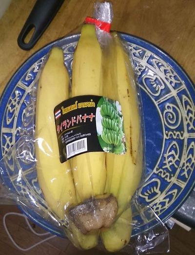 たまに買うならこんな商品 先日イオンタイフェアを行なっていた某イオン店舗で購入した「タイランドバナナ」は酸味が強くさっぱりとし、食べるスポーツドリンク的バナナです