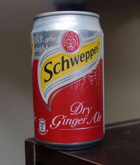 今日の飲み物 Schweppes Dry ginger Aleはシンガポール製でびっくり!味は生姜風味強め&微炭酸でカレカノ風に言うと「風邪ひいた夜は思い出す」味わいです