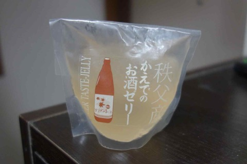 たまに買うならこんな商品 アルコールの香り漂う「秩父産かえでのお酒ゼリー」は独特のアルコール臭がする事から好みが分かれそうですが、良く言えば大人な味わいのゼリーです。