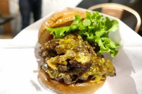たまに行くならこんな店 パワフルな美味しさの黒毛和牛パティが絶品なハンバーガーが楽しめる「ヘンリーズ バーガー 秋葉原」は、アキバで1番ディープなパーツ通りにお店があります