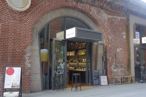 たまに行くならこんな店 ラブライブ!TV版や劇場版の聖地にある「オブスキュラ コーヒー ロースターズ マーチエキュート神田万世橋店」は、聖地巡礼時にお勧めドリンクスポットです