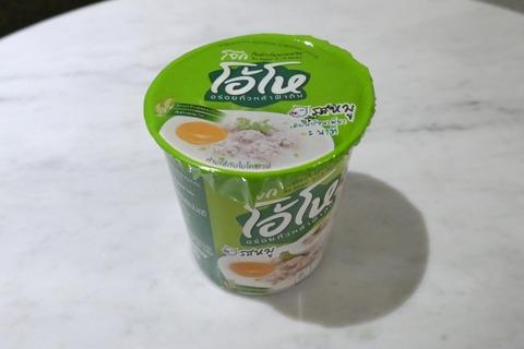 たまに買うならこんな商品 「JOK OHO ブランドのインスタント粥(豚)」は18バーツと安価ながらおかゆらしいサラサラ感と、豚肉の風味と食感が感じられて激アロ!