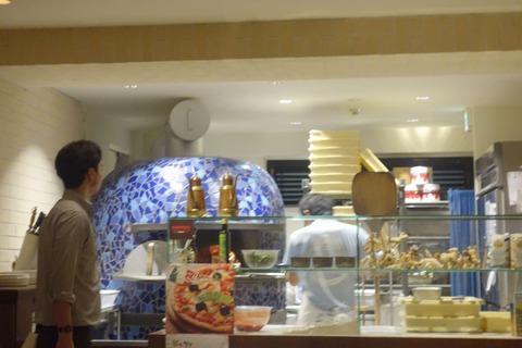 たまに行くならこんな店 一見ファンタジスタドールとも見えてきそうな麻布十番のピッツァの名店「ファンタジスタドゥエ」は、ドゥエの名の通りファンタジスタ湯島の姉妹店だそうです
