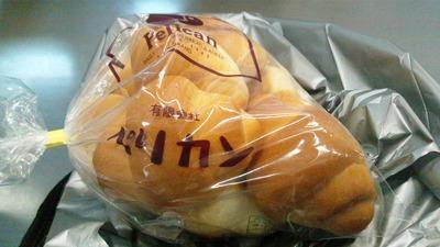 たまに買うならこんな商品 台東区内で伝説のパンと呼ばれるペリカンのパンを食す! ペリカンのパンは上野駅構内の「のもの」と田原町のパンのペリカンで販売中!「今回は小ロール」
