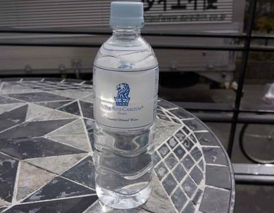 今日の水 リッツ・カールトン大阪に宿泊した人はタダで飲める常備飲料水「The Ritz CARLTON OSAKA Natural Mineral Water」の採水地は山梨県です!
