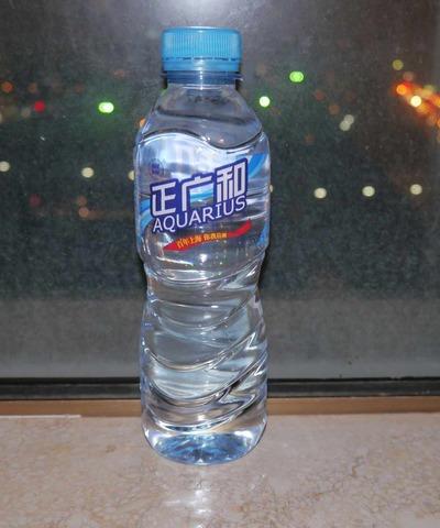 今日の水 あのスポーツ飲料と同じ名前の「AQUARIUS」(中華人民共和国謹製)